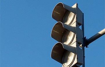 Видеофакт: Сколько машин в Минске проехало на запрещающий сигнал светофора?
