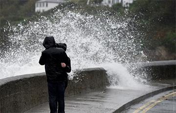 В Британии третий день бушует мощный шторм