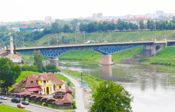 В Гродно водитель городского автобуса остановился на мосту и прыгнул в Неман