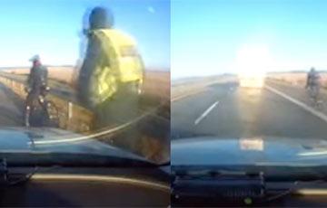 Видеофакт: В Литве полиция остановила велосипедиста на скорости 90 км/ч