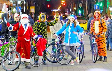 По Бресту Дед Мороз ездит на велосипеде