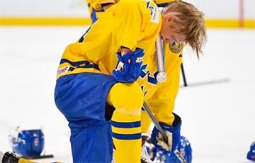 Шведский хоккеист выбросил серебряную медаль после поражения в финале молодежного ЧМ
