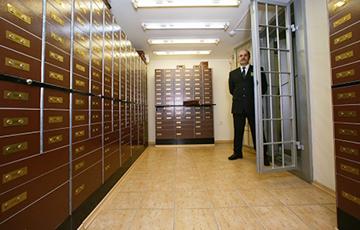 Латвийские банки закрывают и блокируют счета белорусов