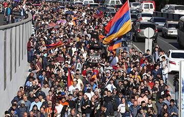 Протестующие окружили парламент Армении