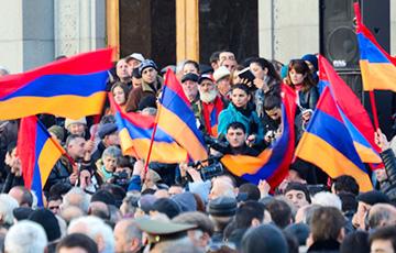 У здания парламента Армении начались столкновения полиции и протестующих