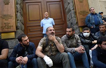 Протестующие блокируют правительственные здания в Ереване