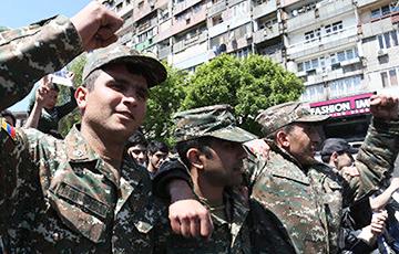 Видеофакт: Солдаты миротворческой бригады выбегают из части и присоединяются к протестам в Ереване
