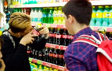 У Беларусі школьнікі знайшлі спосаб атрымаць прызы ад «Кока-колы»