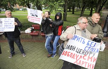 Фотофакт: Плакат «Свободу Хартии-97» на акции в Минске