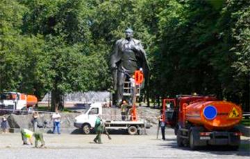 В Минске волонтеры помыли памятник Янке Купале