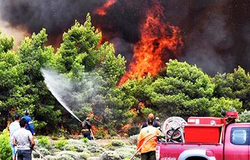 С охваченного пожаром острова в Греции по морю эвакуировали людей