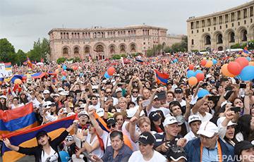 На мирные протесты вышли сотни тысяч человек и победили