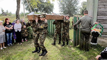 Мать погибшего в Слониме солдата: Командиры, я доверила вам сына. Почему не уберегли его?!