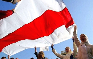 В Жодино на фонарном столбе подняли большой бело-красно-белый флаг
