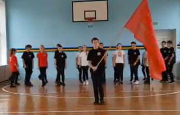 Новый скандал в минской гимназии: школьники маршируют под «Ленин такой молодой»