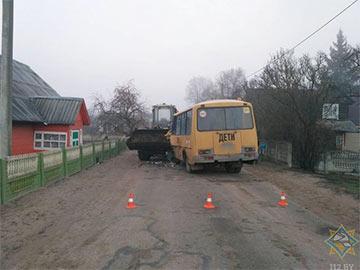 У Воранаўскім раёне школьны аўтобус разнуўся ў сустрэчны пагрузчык
