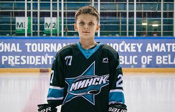 Фотофакт: Хоккеист сборной Беларуси разыскал самого преданного болельщика
