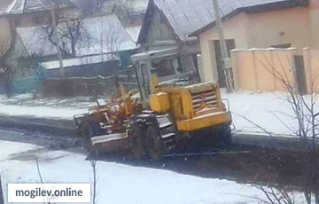 Фотофакт: В Могилеве асфальт кладут на первый снег