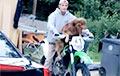 Катающаяся на мотоцикле собака стала звездой Сети
