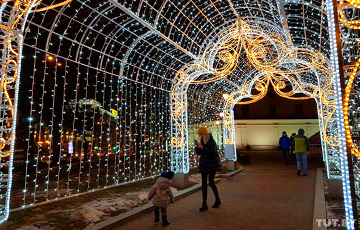 Фотафакт: Каля Ратушы ўсталявалі 11-метровую светлавую галерэю