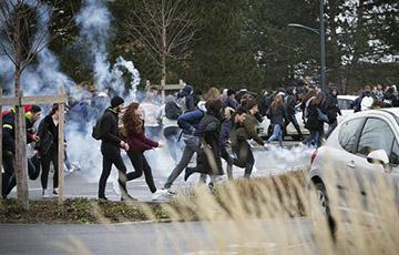 Тысячи школьников вышли на акции протеста по всей Франции