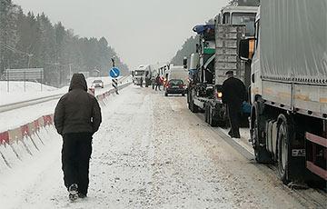 Праз магутны снегапад і аварыі абцяжараны рух на гарадзенскай трасе