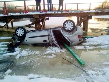 С недавно открытого моста в Житковичском районе упала машина