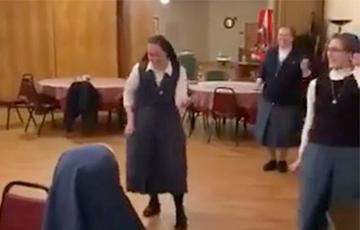 Исполнившие хит группы Queen монахини стали звездами Сети