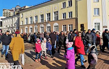 Митинг в Бресте перерос в шествие по центру города