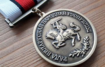 Белорус получил медаль БНР возле памятника Янке Купале в Москве