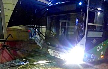 В Могилеве подаренный китайцами электробус протаранил остановку