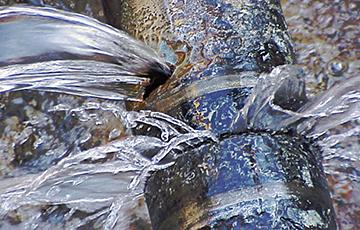 Фотофакт: В Могилеве коммунальщики заткнули лопнувший кран палками