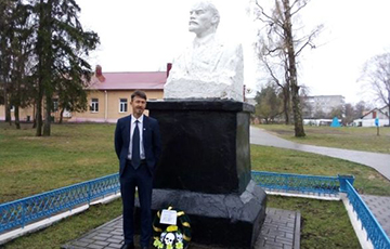 """Wreath With Inscription """"To German Spy"""" Laid At Monument To Lenin In Biarozauka"""