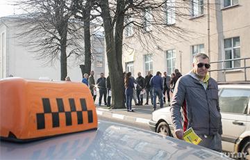 Таксисты Могилева вышли протестовать к горисполкому