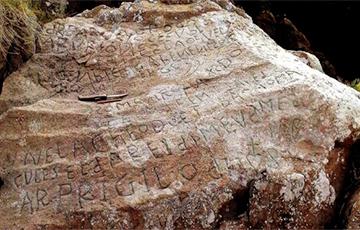Французская деревня предлагает €2000 тому, кто расшифрует старинную надпись на камне