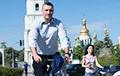 Фотафакт: Мэр Кіева Клічко прыехаў на інаўгурацыю Зяленскага на ровары
