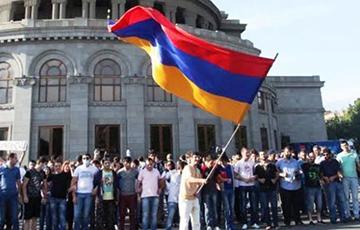 В Армении сторонники Пашиняна заблокировали здания судов