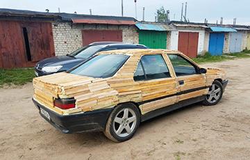 Видеофакт:  В Лиде водитель наклеил дрова на свой автомобиль