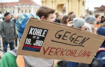 Десятки тысяч немецких школьников вышли на демонстрации в защиту климата