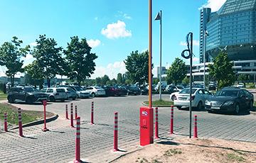 Паркоўку ля Нацыянальнай бібліятэкі нечакана аддалі сербскім сябрам Лукашэнкі і зрабілі платнай