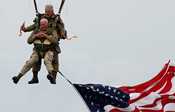 97-гадовы ветэран паўтарыў свой скачок з парашутам у небе Нармандыі