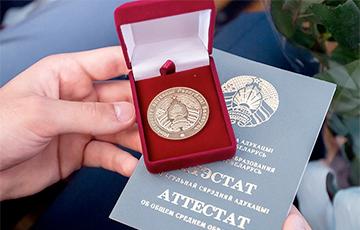 Почему белорусские школьники продают свои золотые медали?