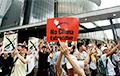 В Гонконге протестующие перекрыли две ключевые автомагистрали