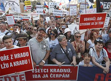 Тысячи чехов потребовали отставки премьера и министра юстиции
