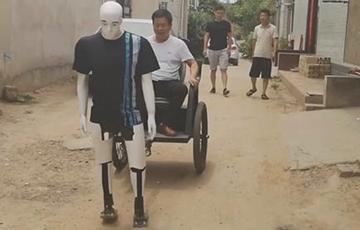 Видеохит: Сельский умелец создал робота-рикшу