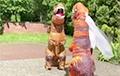 Видеофакт: Молодожены пришли в ЗАГС в костюмах динозавров