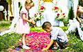 Фотофакт: В Ивье верующие выстелили улицы города коврами из живых цветов