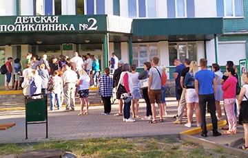 Фотафакт: Ля дзіцячай паліклінікі ў Берасці стала чарга прыкладна са 100 чалавек