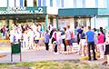 Фотофакт: У детской поликлиники в Бресте выстроилась очередь примерно из 100 человек