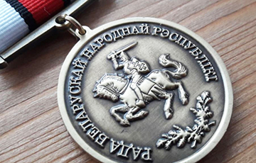 Фотофакт: Светлана Алексиевич с медалью БНР-100